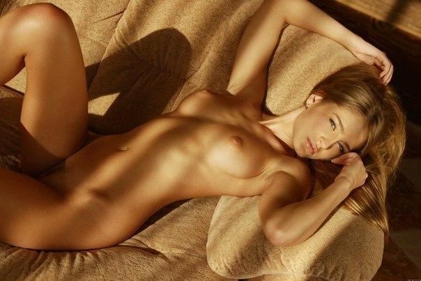 фото голой веронике на диване