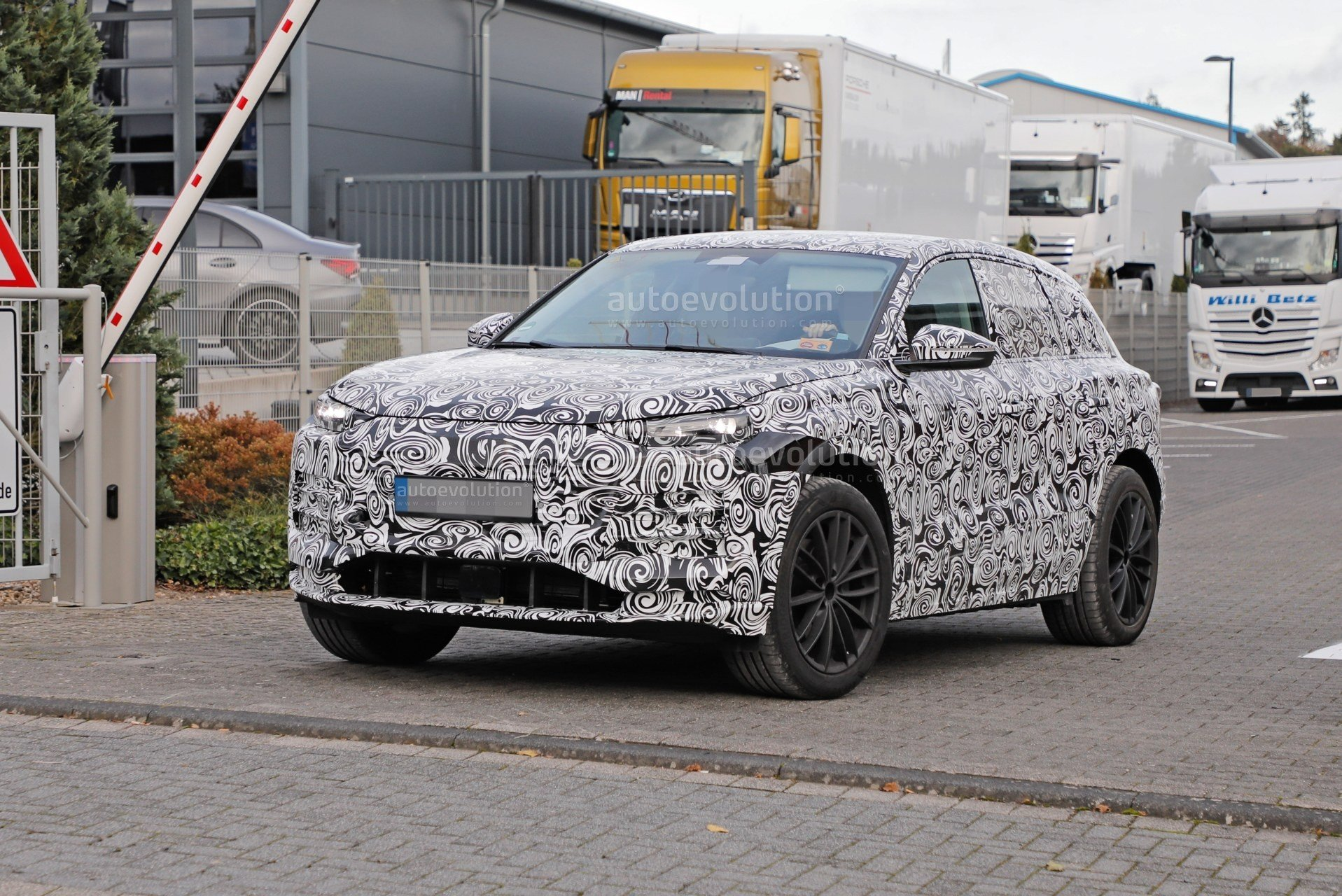 2023-audi-q6-e-tron-prototype-spied-wearing-full-camouflage-is-fully-electric_4.jpg