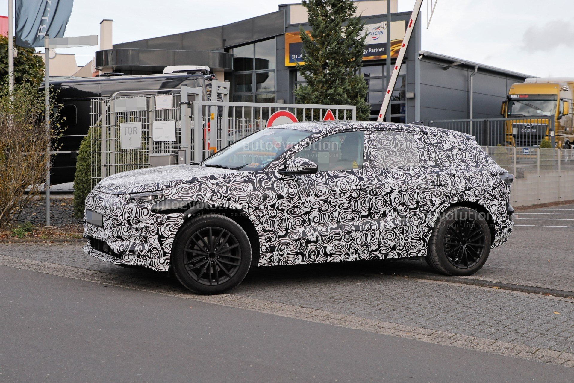 2023-audi-q6-e-tron-prototype-spied-wearing-full-camouflage-is-fully-electric_6 (1).jpg